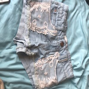 Jean shorts with laced front pockets